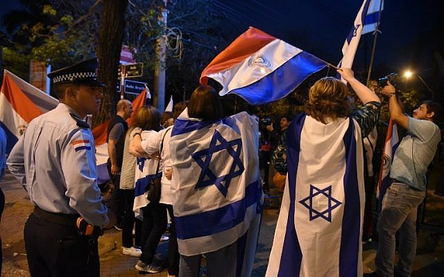 People demonstrate outside the presidential residence in Asuncion on September 06, 2018 against the government's decision of moving its embassy in Israel back to Tel Aviv. (AFP/NORBERTO DUARTE)