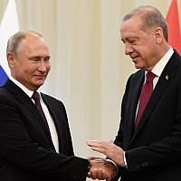 Russia's President Vladimir Putin (L) shakes hands with his Turkey's counterpart Recep Tayyip Erdogan during their meeting in Tehran on September 7, 2018. (AFP PHOTO / Kirill KUDRYAVTSEV)