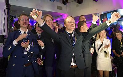 Supporters of the far-right Sweden Democrats party react to exit polls in Stockholm on September 9, 2018. (AFP Photo/TT News Agency/Anders Wiklund)