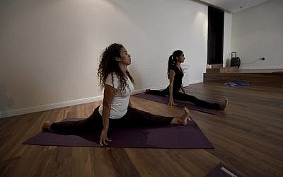 Saudi women practice yoga at a studio in the western Saudi Arabian city of Jeddah on September 7, 2018. (AFP Photo/Amer Hilabi)
