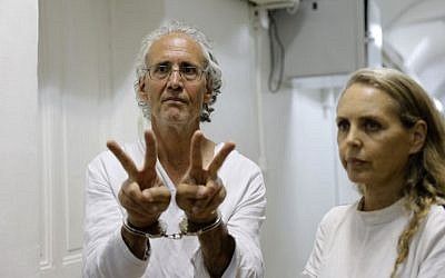 American-French law professor Frank Romano gestures at the Jerusalem magistrates court on September 16, 2018. To his right is his lawyer Gaby Lasky. (AFP Photo/Ahmad Gharabli)