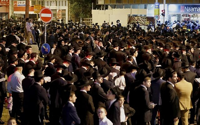 Ultra-Orthodox protesters block a road during a demonstration against light rail construction work on Shabbat on the outskirts of Bnei Brak, near Tel Aviv, on September 21, 2018. (AFP Photo/Jack Guez)