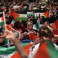 Delegates hold up Palestinian flags during a debate on the third day of the Labour party conference in Liverpool, north west England on September 25, 2018. (AFP PHOTO / Oli SCARFF)