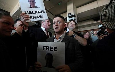Stephen Christopher Yaxley-Lennon (C), AKA Tommy Robinson, former leader of the right-wing EDL (English Defence League) is greeted by supporters as he enters a pub, in central London on September 27, 2018, after his contempt of court hearing at the Central Criminal Court was adjourned. (AFP PHOTO / Daniel LEAL-OLIVAS)