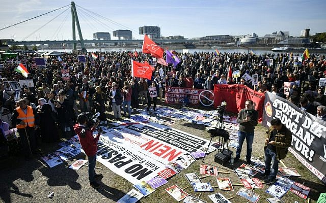 Protestors attend a demonstration called 'Erdogan not welcome' on the banks of the river Rhine in Cologne, prior to the visit of the Turkish President to Cologne, where he is to inaugurate one of Europe's largest mosques, on September 29, 2018.  (AFP / SASCHA SCHUERMANN)