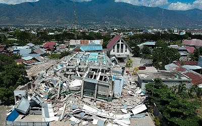 This aerial picture shows the remains of a ten-storey hotel in Palu in Indonesia's Central Sulawesi on September 30, 2018, after it collapsed following a strong earthquake in the area.(AFP PHOTO / Azwar)