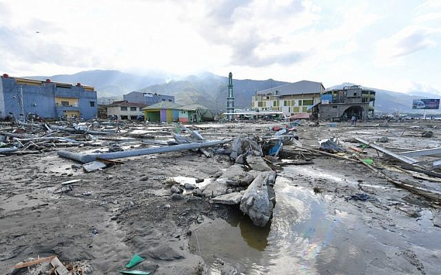 Debris and silt are seen along a coastal commercial area in Palu, Indonesia's Central Sulawesi on September 30, 2018, following the September 28 earthquake and tsunami.(AFP PHOTO / ADEK BERRY)