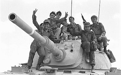 Soldiers pose on top of a tank during the outbreak of the Yom Kippur War on October 6, 1973. (Avi Simhoni/Bamahane/Defense Ministry Archives)
