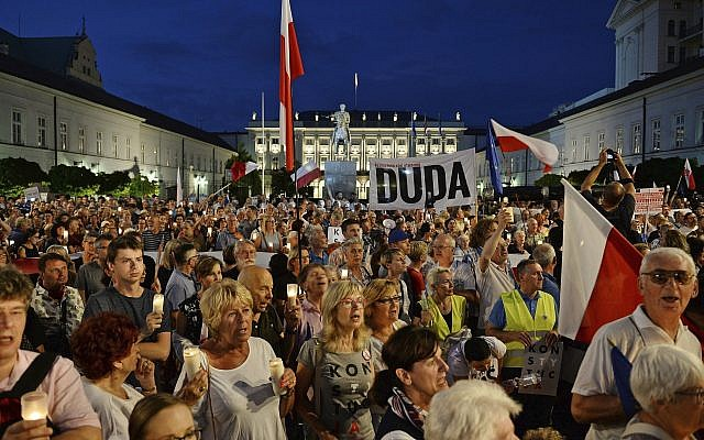 Protesters shout slogans as they gather in front of the Presidential Palace to show President Andrzej Duda their disapproval after he signed the latest legislation on the Supreme Court into law, in Warsaw, Poland July 26, 2018 (AP Photo/Alik Keplicz)