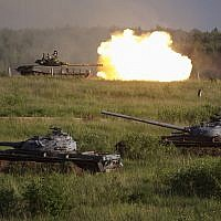 Russian T-80 main battle tank fires during a show at a shooting range in Alabino, outside of Moscow, Russia, on June 16, 2015 (AP Photo/Ivan Sekretarev)