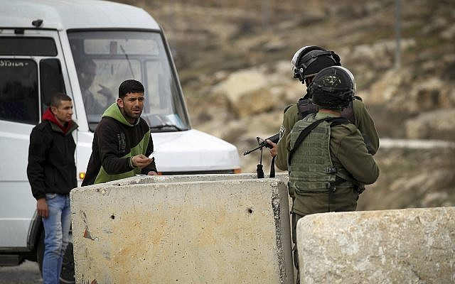 Illustrative: Border Police officers at a West Bank checkpoint, January 2017 (Wisam Hashlamoun/Flash90)