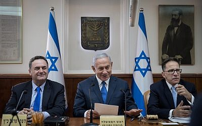Prime Minister Benjamin Netanyahu (c) leads the weekly cabinet meeting at the Prime Minister's Office in Jerusalem on September 5, 2018. (Hadas Parush/Flash90)