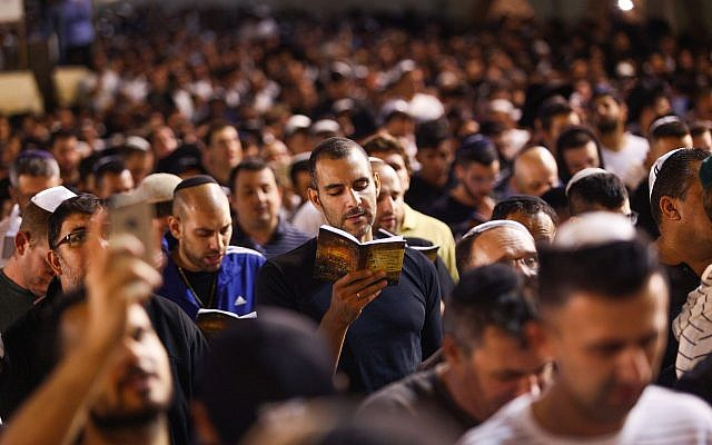 Jewish men pray for forgiveness (Selichot), at the Western Wall in the Old City of Jerusalem early on September 9, 2018. (Aharon Krohn/Flash90)