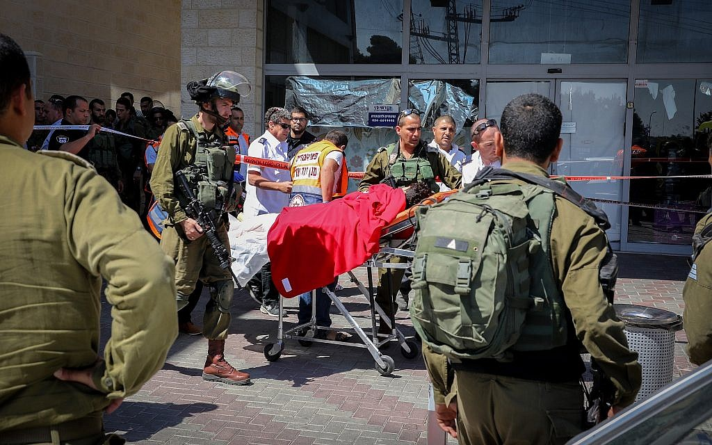 Israeli soldiers and medics at the scene of a fatal terror stabbing next to the Gush Etzion Junction in the West Bank, on September 16, 2018. (Gershon Elinson/Flash90)