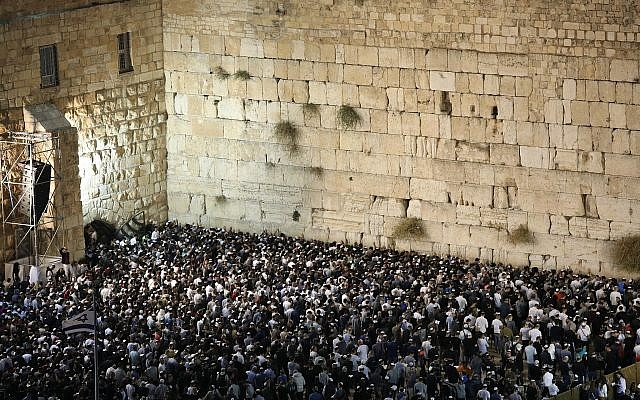 Thousands pray for forgiveness (Selichot) at the Western Wall in the Old City of Jerusalem on September 16, 2018. (Noam Revkin Fenton/Flash90)
