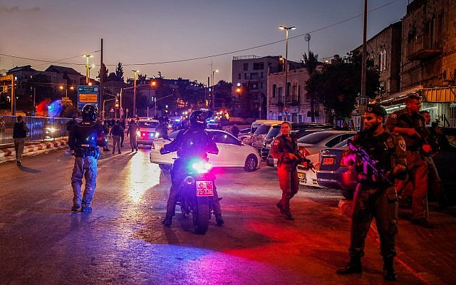 Israeli security forces at the scene of an attempted terror attack, near Damascus Gate in Jerusalem's Old City, on the Eve of Yom Kippur, the Jewish Day of Atonement, on September 18, 2018. (Sliman Khader/Flash90)