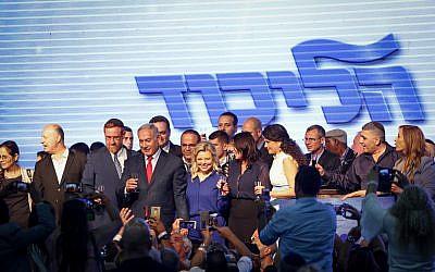 Prime Minister Benjamin Netanyahu, his wife Sara and Likud parliament members at the Likud party toast ahead of the Jewish neew year holiday, in Tel Aviv on September 6, 2018. (Aharon Krohn/Flash90)