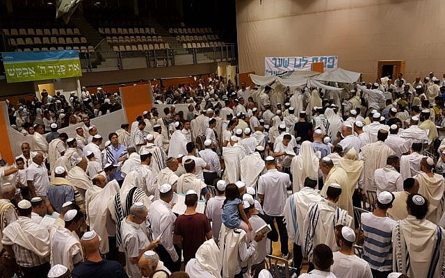 Tzohar's Yom Kippur services, hosted annually in 350 communities around the country (Courtesy Tzohar)