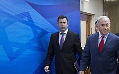David Keyes, left, with Prime Minister Benjamin Netanyahu, on their way to the weekly cabinet meeting in Jerusalem, March 11, 2018. (AP Photo/Oded Balilty, pool)