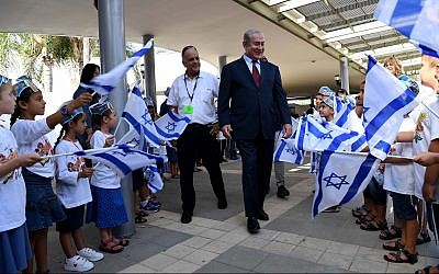 Prime Minister Benjamin Netanyahu visiting a school in the community of Yad Binyamin on the first day of the school year, September 2, 2018. (Avi Ohayon/GPO)