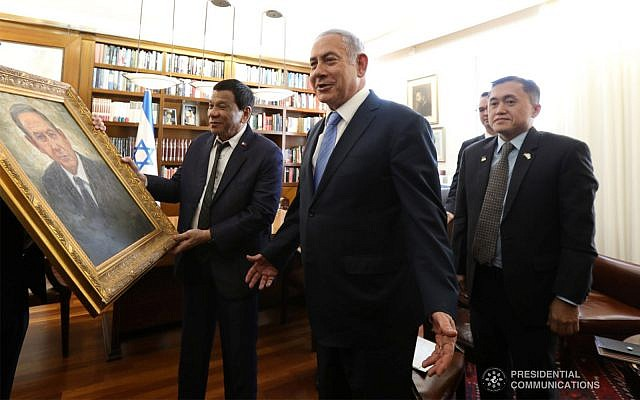 Philippines President Rodrigo Duterte gifts Israeli Prime Minister Netanyahu with a painting of himself prior to a bilateral meeting between the Philippines and Israel at the Prime Minister's Office in Jerusalem, September 3, 2018. (King Rodriguez/presidential photo)