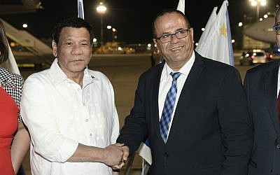 Philippines President Rodrigo Duterte with Communications Minister Ayoub Kara at Ben Gurion Airport. September 2, 2018 (Avi Ohayon/Government Press Office)