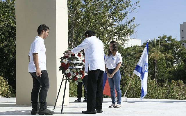 Philippines President Rodrigo Duterte laying a wreath at the 'Open Doors' Monument in Rishon LeZion's Holocaust Memorial Park, September 5, 2018 (Avi Ohayun/MFA)