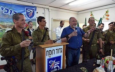 Defense Minister Avigdor Liberman (blue shirt) speaks at a new year's toast with IDF soldiers on September 9, 2018. (Ariel Hermoni/Defense Ministry)