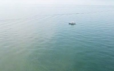 A boat searches the Sea of Galilee for missing swimmer Moshe Shamir, 66, of Tel Aviv on September 15, 2018. (Screen capture: Maariv Online)