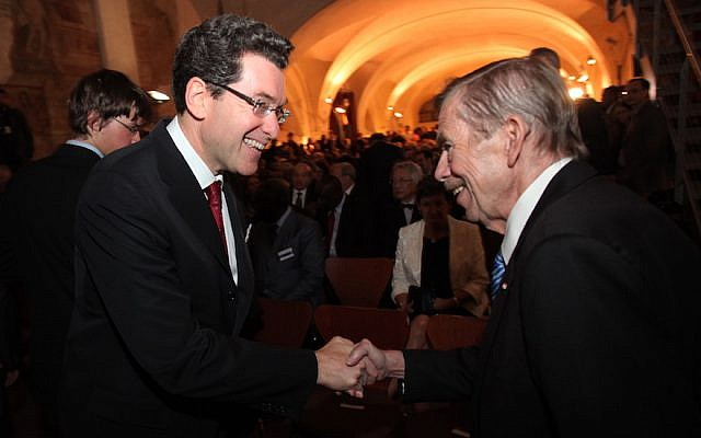 Norm Eisen, left, meeting Vaclav Havel in Prague. (Forum 2000/via JTA)
