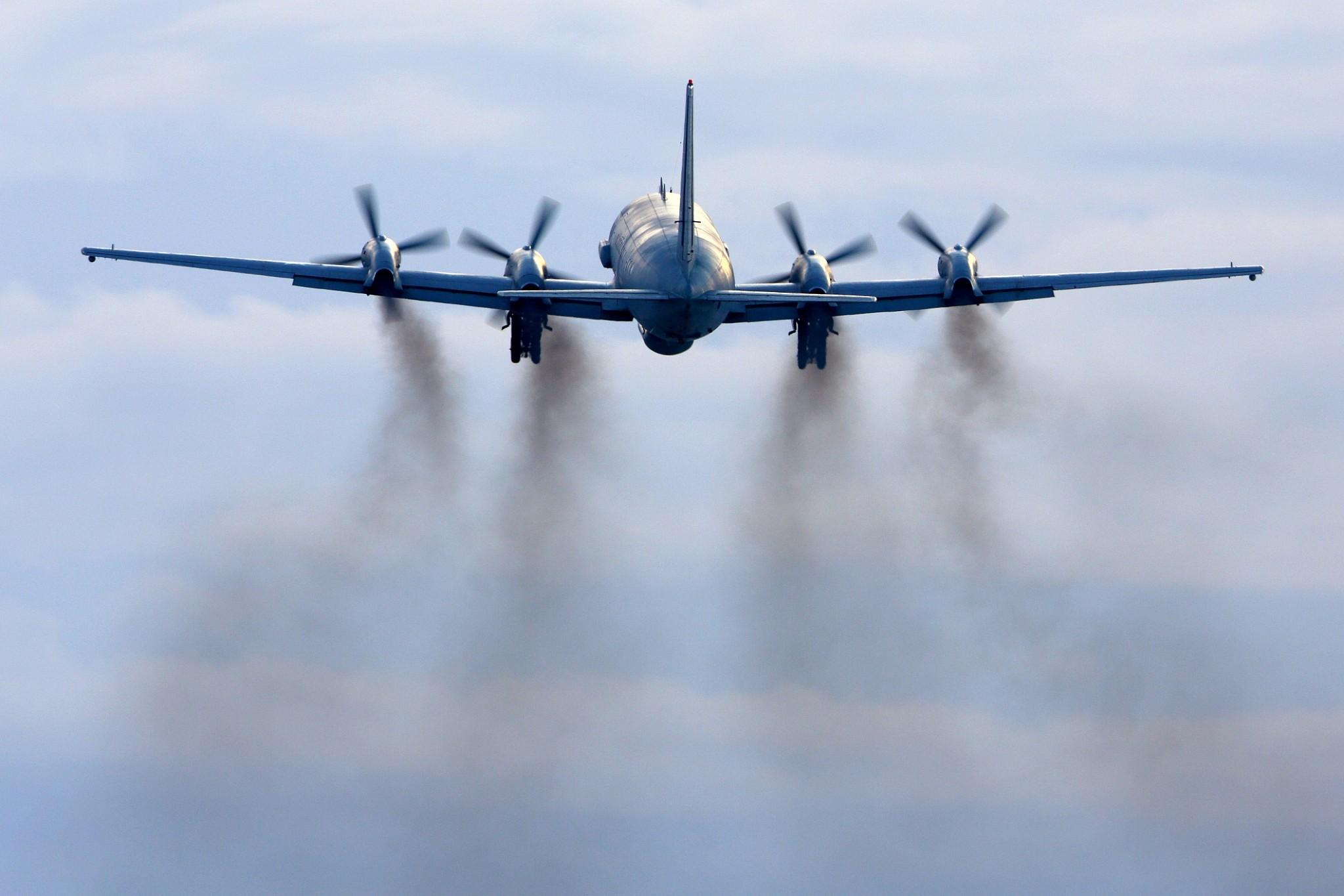 Bildergebnis für israeli jets hiding behind russian plane images