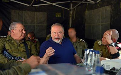 Defense Minister Avigdor Liberman, center, IDF Chief of Staff Gadi Eisenkot and senior IDF officers visit an exercise simulating war with the Lebanon-based Hezbollah terrorist group on September 4, 2018. (Ariel Hermoni/Defense Ministry)