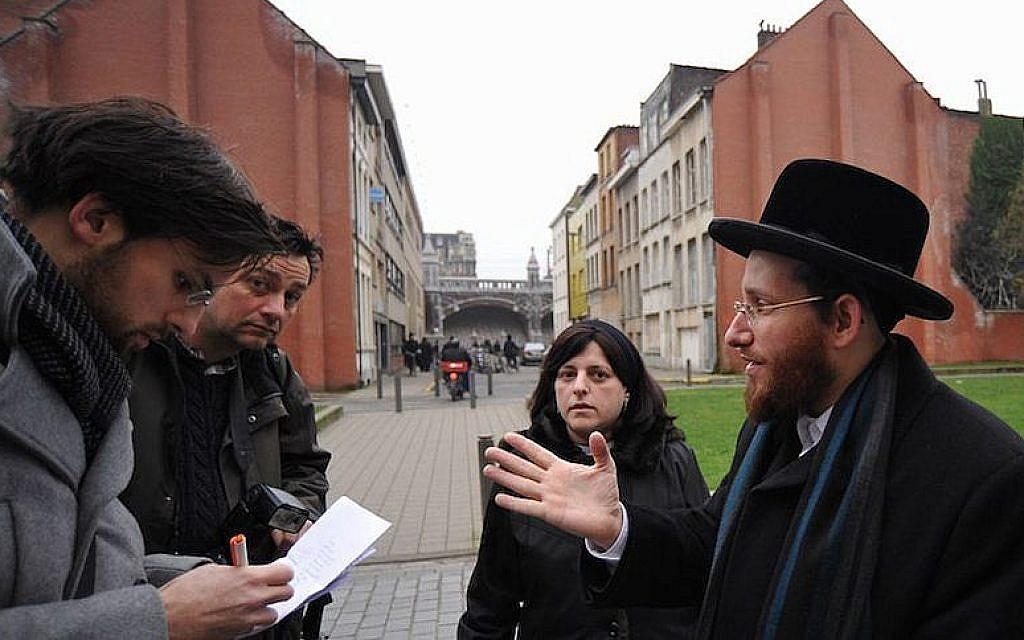 Moshe Friedman, à droite, s'entretient avec des journalistes avec son épouse Lea Rosenzweig devant l'école de filles Benoth Jerusalem d'Anvers, en Belgique, le 7 janvier 2018. (Cnaan Liphshiz / JTA)