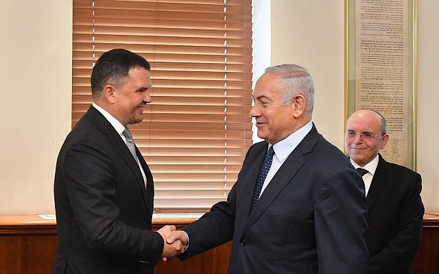 Prime Minister Benjamin Netanyahu, right, meets with Russian Deputy Prime Minister Maxim Akimov, October 9, 2018. (Kobi Gideon/GPO)