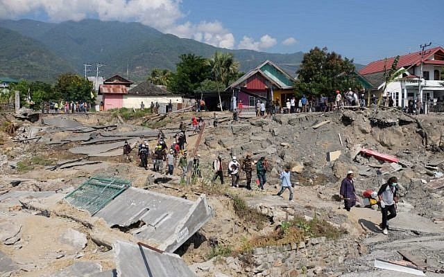Quake-affected residents return to their collapsed homes in an attempt to salvage belongings in Balaroa, West Palu, Indonesia's Central Sulawesi on October 3, 2018. (YUSUF WAHIL/AFP)