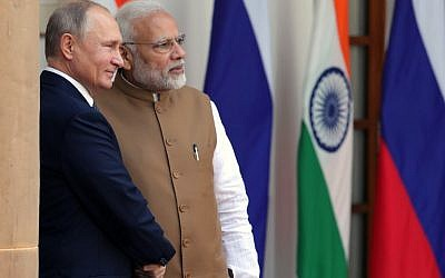 Russian President Vladimir Putin, left, and Indian Prime Minister Narendra Modi pose for photographers ahead of their meeting at Hyderabad House in New Delhi on October 5, 2018. (AFP Photo/Sputnik/Mikhail Klimentyev)