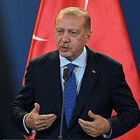 Turkish President Recep Tayyip Erdogan gestures during a press conference following official talks in the parliament building of Budapest on October 8, 2018. (AFP PHOTO / ATTILA KISBENEDEK)