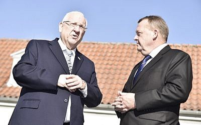 President Reuven Rivlin, left, and Denmark's Prime Minister Lars Loekke Rasmussen talk prior to a meeting at the Danish prime minister's residence Marienborg, in Lyngby, Denmark, on October 11, 2018. (Mads Claus Rasmussen/Ritzau Scanpix/AFP)