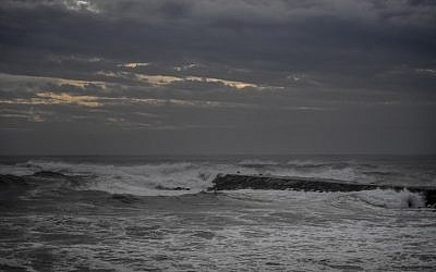 Waves are pictured at Costa da Caparica, near Lisbon, on October 13, 2018 (Photo by PATRICIA DE MELO MOREIRA / AFP)
