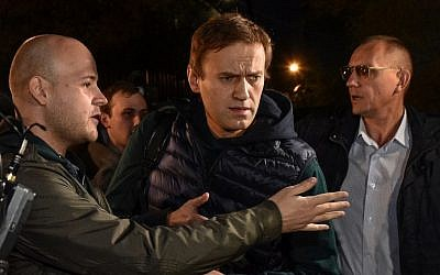 Russian opposition leader Alexei Navalny, center, leaves a detention center in Moscow on October 14, 2018. (Vasily MAXIMOV/AFP)