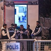Turkish forensics and police officers arrive to the Saudi Arabia's consulate in Istanbul on October 15, 2018, to search the premises in the investigation over missing Saudi journalist Jamal Khashoggi. (OZAN KOSE / AFP)