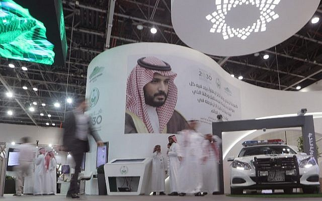 Saudi stand next to a portrait of Saudi Crown Prince Mohammed bin Salman at the Gitex 2018 exhibition at the Dubai World Trade Center in Dubai on October 16, 2018. (KARIM SAHIB / AFP)