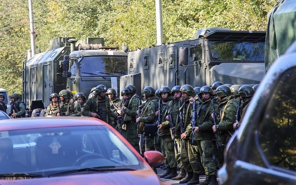 Special forces servicemen patrol a college in the city of Kerch in the Crimea on October 17, 2018.  (KERCH.FM/AFP)