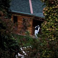 Turkish forensic police search for evidence at the garden of the Saudi Arabia's Consul General Mohammad al-Otaibi on October 17, 2018 in Istanbul. (Yasin AKGUL / AFP)