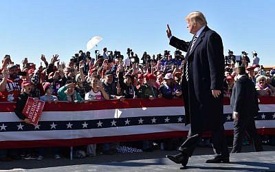 US President Donald Trump arrives for a 'Make America Great Again' rally at Elko Regional Airport in Elko, Nevada, October 20, 2018. (Nicholas Kamm / AFP)