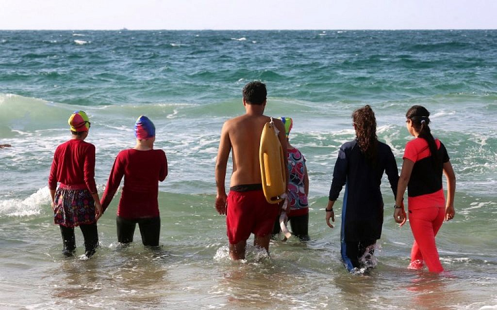 9489b91c5 Swim team braves pollution to dive into Gaza waters
