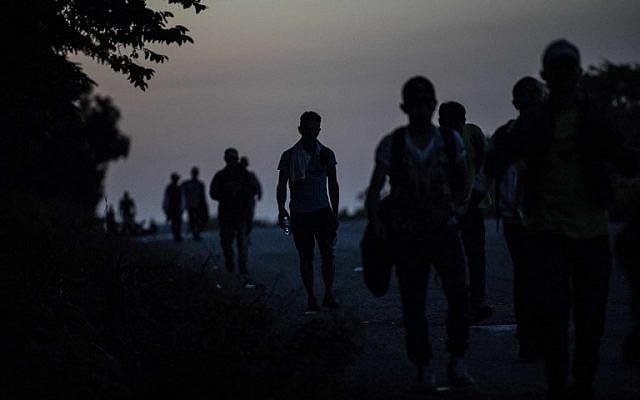 Honduran migrants heading in a caravan to the US, walk near Mapastepec, southern Mexico on October 25, 2018. (PEDRO PARDO/AFP)