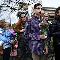 People arrive to pay their respects in front of a memorial on October 28, 2018 outside of the Tree of Life synagogue after a shooting there left 11 people dead in the Squirrel Hill neighborhood of Pittsburgh on October 27, 2018 (Brendan Smialowski / AFP)
