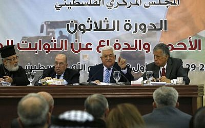 Palestinian president Mahmoud Abbas (2nd-R) speaks during a meeting with the Palestinian Central Council in the West Bank city of Ramallah, on October 28, 2018. (ABBAS MOMANI / AFP)