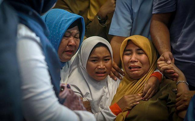 Family members of the crashed Indonesian Lion Air JT-610 react at Pangkal Pinang airport, in Bangka Belitung province on October 29, 2018. (HADI SUTRISNO / AFP)
